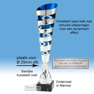 TC416.04ET - Zilverkleurige trofee met uitsparingen in open kelk met blauwe binnenzijde (leverbaar in 3 hoogten ± 33-39 cm hoog)